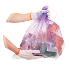 sac poubelle tenu en main